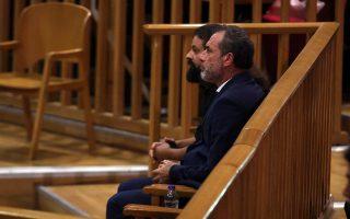 Oι πρώην βουλευτές της Χρυσής Αυγής Σωτήρης Μπαρμπαρούσης (Α) και Νίκος Μίχος (Δ) παρακολουθούν την απολογία του πρώην συναδέλφου τους Νίκου Κουζηλου