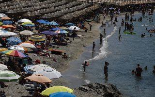 Κόσμος απολαμβάνει τον ήλιο και την θάλασσα κάνοντας μπάνιο και ηλιοθεραπεία, κατά τη διάρκεια των εθνικών ελογών, Κυριακή 7 Ιουλίου 2019. Στις κάλπες προσέρχονται σήμερα εκατομμύρια Έλληνες πολίτες προκειμένου να εκλέξουν εκείνους που θα τους εκπροσωπήσουν στη Βουλή.  ΑΠΕ-ΜΠΕ/ΑΠΕ-ΜΠΕ/ΓΙΑΝΝΗΣ ΚΟΛΕΣΙΔΗΣ