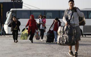 Αιτούντες άσυλο αποβιβάζονται από το πλοίο κατά την άφιξής τους, στο λιμάνι της Ελευσίνας, την Τρίτη 22 Οκτωβρίου 2019. Συνολικά 700 πρόσφυγες και μετανάστες, αιτούντες άσυλο,  μεταφέρθηκαν με το ταχύπλοο PAROS Jet  από τη Σάμο στην Ελευσίνα και από εκεί σε δομές στην ενδοχώρα. ΑΠΕ- ΜΠΕ/ΑΠΕ- ΜΠΕ/ΚΩΣΤΑΣ ΤΣΙΡΩΝΗΣ