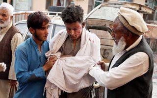 Ένας νεαρός τραυματίας κατευθύνεται στο πλησιέστερο νοσοκομείο της περιοχής, λίγο μετά την βομβιστική επίθεση στο τέμενος της επαρχίας Νανγκαρχάρ. EPA/GHULAMULLAH HABIBI