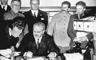Ο υπ. Εξωτερικών της ΕΣΣΔ Μολότοφ υπογράφει το Γερμανοσοβιετικό Σύμφωνο μη Επίθεσης. Πίσω του, με το μαύρο κοστούμι, ο Γερμανός υπ. Εξωτερικών Ρίμπεντροπ και ο Στάλιν.
