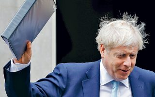 Με την «τελική πρόταση» της κυβέρνησής του για το Brexit ανά χείρας, ο Μπόρις Τζόνσον αναχωρεί από την Ντάουνινγκ Στριτ για τη Βουλή των Κοινοτήτων, φιλοδοξώντας να πετύχει εκεί όπου απέτυχε τρεις φορές η προκάτοχός του, Τερέζα Μέι. Οι πρώτες αντιδράσεις τόσο των Βρυξελλών όσο και της βρετανικής αντιπολίτευσης δεν προμήνυαν τίποτα το θετικό για τον Βρετανό πρωθυπουργό.