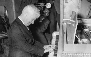 Παίζοντας πιάνο τον Σεπτέμβριο του 1952, σε ηλικία 63 ετών. © Walter Bellamy/Express/Getty Images/Ideal Image