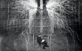 Ο Νίκολα Τέσλα (1856-1943) δοκιμάζει τον «μεγεθυντικό πομπό» στο εργαστήριό του στο Κολοράντο Σπρινγκς, το 1899. Η γνησιότητα της φωτογραφίας αμφισβητείται. © S. Bianchetti, Bettmann, Mondadori, ullstein bild / Getty Images / Ideal Image
