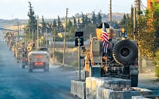 Στη φωτογραφία, στρατιωτικό κονβόι των ΗΠΑ σε οδική αρτηρία, στη βόρεια Συρία.