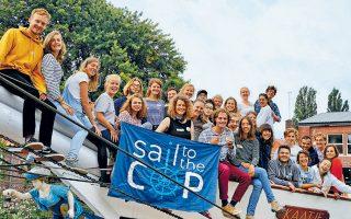 Με τελικό προορισμό το Σαντιάγο της Χιλής, τριάντα έξι νέοι από την Ευρώπη απέπλευσαν στις 3 Οκτωβρίου από το Αμστερνταμ της Ολλανδίας με το ιστιοφόρο «Regina Maris». Στόχος τους, να καταδείξουν τις επιπτώσεις των αεροπορικών πτήσεων στην κλιματική αλλαγή.