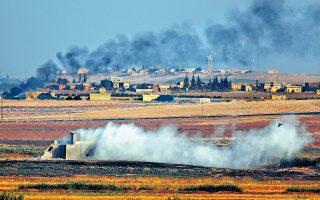 Η τουρκική εισβολή στη βόρεια Συρία ξεκίνησε χθες, προκαλώντας και τις πρώτες απώλειες αμάχων. Καπνός υψώνεται από τις βομβαρδισμένες κουρδικές περιοχές και τυλίγει σε ένα σύννεφο αβεβαιότητας την περιοχή. Ο κ. Ερντογάν ονόμασε την τουρκική επίθεση «Πηγή της ειρήνης».
