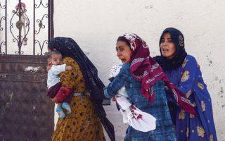 Ο τρόμος στο βλέμμα της νεαρής μητέρας. Η σκηνή απαθανατίστηκε χθες στην τουρκική επαρχία Σάνλιουφρα, η οποία δέχθηκε πυρά Κούρδων ως αντίποινα για την τουρκική εισβολή στη βόρεια Συρία. Μια εισβολή που προκαλεί ακόμη μεγαλύτερο φόβο στους κατοίκους του συριακού Κουρδιστάν.