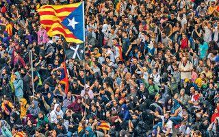 Ηλεκτρίζεται η προεκλογική ατμόσφαιρα στην Ισπανία, καθώς το Ανώτατο Δικαστήριο επέβαλε βαριές ποινές φυλάκισης μέχρι και 13 ετών σε εννέα αυτονομιστές ηγέτες για τον ρόλο τους στο δημοψήφισμα του 2017. Χιλιάδες διαδηλωτές κατέλαβαν το αεροδρόμιο της Βαρκελώνης, εμποδίζοντας δεκάδες πτήσεις (φωτογραφία), ενώ σημειώθηκαν συγκρούσεις μεταξύ ακτιβιστών και αστυνομικών δυνάμεων.