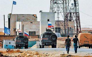 Φρένο στην επέκταση των επιχειρήσεων της Τουρκίας στη βόρεια Συρία έβαλε η Μόσχα. Στρατιωτικές δυνάμεις του Σύρου προέδρου Μπασάρ αλ Ασαντ εισήλθαν στη στρατηγικής σημασίας πόλη Μανμπίτζ, καλύπτοντας το κενό που άφησε η αποχώρηση των αμερικανικών στρατευμάτων. Στη συνέχεια, περίπολοι της ρωσικής στρατιωτικής αστυνομίας (φωτ.) αναπτύχθηκαν μεταξύ των τουρκικών και των συριακών στρατευμάτων.