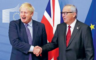 Μπόρις Τζόνσον και Ζαν-Κλοντ Γιούνκερ. Χειραψίες και χαμόγελα μετά την έγκριση της συμφωνίας για το Brexit από το Ευρωπαϊκό Συμβούλιο, χθες, στις Βρυξέλλες.
