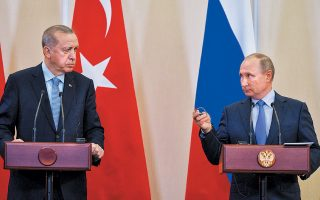 Βλαντιμίρ Πούτιν και Ταγίπ Ερντογάν μοίρασαν ρόλους και εδάφη κατά τη χθεσινή συνάντησή τους στο Σότσι για τη βόρεια Συρία. Η Τουρκία διατηρεί την περιορισμένη ζώνη που κατέλαβε με τη στρατιωτική της επιχείρηση, ενώ Ρώσοι και Ασαντ αναλαμβάνουν τον έλεγχο των συνόρων στην υπόλοιπη βόρεια και ανατολική Συρία. Οι Κούρδοι μαχητές υποχρεώνονται να αποσυρθούν σε βάθος τριάντα χιλιομέτρων. O Tούρκος πρόεδρος δήλωσε ότι οι ΗΠΑ δεν τήρησαν πλήρως τις υποσχέσεις τους και πως η Τουρκία είναι έτοιμη να κάνει τα αναγκαία βήματα.