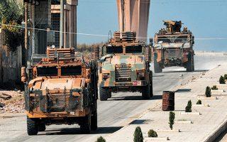 Ενώ η Μόσχα ασκούσε πιέσεις στους Κούρδους να αποσύρουν άμεσα τις στρατιωτικές δυνάμεις τους από τη βόρεια Συρία, ο πρόεδρος Τραμπ προανήγγειλε άρση των κυρώσεων κατά της Τουρκίας. Στη φωτογραφία, αυτοκινητοπομπή του τουρκικού στρατού περνάει γέφυρα στην πόλη Ταλ Αμπιάντ, μία ημέρα μετά τη συμφωνία Πούτιν - Ερντογάν, στο Σότσι.