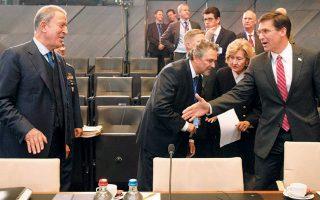 Απαράδεκτη χαρακτήρισε την τουρκική εισβολή στη Συρία ο Αμερικανός υπουργός Αμυνας, Μαρκ Εσπερ (δεξιά), κατηγορώντας την Αγκυρα ότι στρέφεται προς τη Μόσχα. Πάντως, στη χθεσινή σύνοδο του ΝΑΤΟ τα προσχήματα τηρήθηκαν, όπως δείχνει η κίνηση του Εσπερ προς τον Τούρκο ομόλογό του Χουλουσί Ακάρ.