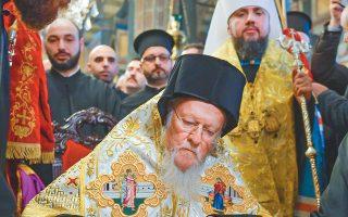 Ο Οικουμενικός Πατριάρχης κ.κ. Βαρθολομαίος υπογράφει το διάταγμα που παραχωρεί ανεξαρτησία στην Εκκλησία της Ουκρανίας, παρουσία του Προκαθημένου της Ορθοδόξου Εκκλησίας της Ουκρανίας Επιφανίου (πίσω).