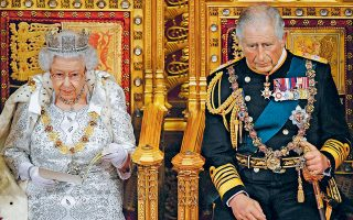 Αμάν! Τι ύφος είναι αυτό; Γιατί τόσο βαρύς ο Κάρολος, τόσο κόκκινος και πρησμένος; Συμβαίνει κάτι; Μη με παρεξηγείτε, εγώ τα λέω από αγάπη προς τον θεσμό – μη τυχόν και χάσουμε τον διάδοχο πριν από τη βασίλισσα...