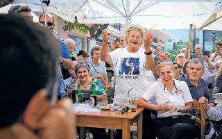 Το χαρούμενο στιγμιότυπο είναι από την περιοδεία του Αλέξη Τσίπρα στην Κρήτη. Το πολιτικό μήνυμα βρίσκεται  στην εικόνα που επέλεξε η ασυγκράτητη φαν του προέδρου για να τυπώσει στο μπλουζάκι της: ο Τσίπρας με γραβάτα. Πολύ απλά, οι ψηφοφόροι ζητούν πασοκοποίηση...