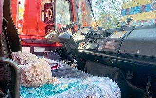 Εκτεταμένες ζημιές σε όχημα της Πυροσβεστικής.