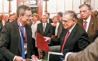 «Είμαι σε θέση να γνωρίζω από πρώτο χέρι τον ουσιαστικό ρόλο του και την πολύτιμη συμβολή του στη στήριξη της ελληνικής οικονομίας», ανέφερε ο ακαδημαϊκός και πρώην αντιπρόεδρος της ΕΚΤ Λουκάς Παπαδήμος κατά τη βράβευση του Μάριο Ντράγκι στην Ακαδημία Αθηνών.