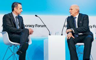 Ο πρωθυπουργός Κυριάκος Μητσοτάκης κατά τη συζήτησή του με τον δημοσιογράφο των New York Times Ρότζερ Κοέν, χθες, δεύτερη μέρα του Athens Democracy Forum.