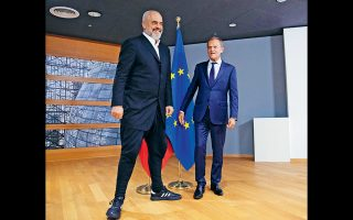 O Ντόναλντ Τουσκ με τον πρόεδρο του Συλλόγου Βρακοφόρων Αλβανίας.
