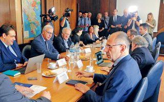 Στη χθεσινή συνεδρίαση της Διακομματικής, το ΚΙΝΑΛ, το ΚΚΕ και η Ελληνική Λύση φαίνεται να προσήλθαν με διάθεση συνεννόησης, ενώ αρμόδιες πηγές εκτιμούσαν ότι ο ΣΥΡΙΖΑ, με τις κατηγορίες προς την κυβερνητική πλευρά για υπαναχωρήσεις, επιδιώκει να συμπαρασύρει το ΚΚΕ, η θετική στάση του οποίου είναι κρίσιμη για την εξεύρεση της απαιτούμενης πλειοψηφίας των 200 βουλευτών.