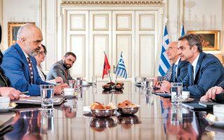 Ο πρωθυπουργός Κυριάκος Μητσοτάκης υποδέχθηκε τον Αλβανό ομόλογό του, χθες, στο Μαξίμου.