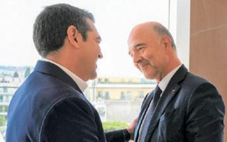 Ο Αλέξης Τσίπρας με τον Γάλλο Επίτροπο Πιερ Μοσκοβισί, χθες.