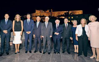 Ο Πρόεδρος της Δημοκρατίας Προκόπης Παυλόπουλος με αρχηγούς κρατών και τις συζύγους τους, χθες το βράδυ στην Αθήνα.