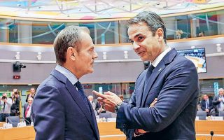 O πρωθυπουργός Κυριάκος Μητσοτάκης με τον πρόεδρο του Ευρωπαϊκού Συμβουλίου, Ντόναλντ Τουσκ, χθες στις Βρυξέλλες.