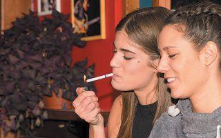 Στις πιο παραβατικές περιπτώσεις συγκαταλέγεται μπαρ στο Γκάζι, στο οποίο από τους σαράντα θαμώνες κάπνιζαν οι δέκα, ενώ δεν υπήρχε πλήρης συμμόρφωση ως προς τη σήμανση για απαγόρευση του καπνίσματος.
