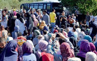 Εκατοντάδες αιτούντες άσυλο που βρίσκονται στη Λέσβο, πραγματοποίησαν πορεία και στη συνέχεια καθιστική διαμαρτυρία, ζητώντας να μετακινηθούν άμεσα στην Αθήνα.