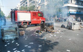Τα επεισόδια ξέσπασαν όταν άτομα που είχαν καλύψει τα πρόσωπά τους με κουκούλες και κράνη βγήκαν από το κτίριο του Οικονομικού Πανεπιστημίου και έβαλαν φωτιές σε κάδους απορριμμάτων, με αποτέλεσμα να διακοπεί η κυκλοφορία των οχημάτων.