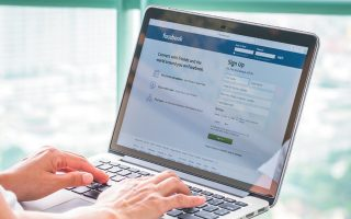 Η Facebook, όπως και η Twitter, είναι δύο από τις εταιρείες που έχουν υπογράψει τον κώδικα δεοντολογίας κατά της παραπληροφόρησης της Ευρωπαϊκής Ενωσης.