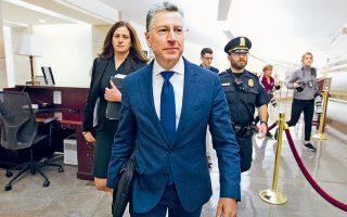 Ο μέχρι πρότινος ειδικός απεσταλμένος του Στέιτ Ντιπάρτμεντ στην Ουκρανία, Κερτ Βόλκερ, κατευθύνεται προς την έξοδο του Καπιτωλίου, μετά την κεκλεισμένων των θυρών κατάθεσή του σε επιτροπή της Βουλής.