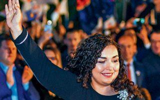 Η υποψήφια πρωθυπουργός Βιόσα Οσμάνι σε προεκλογική ομιλία της, στην Πρίστινα.