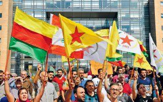 Κούρδοι διαδηλώνουν έξω από τα γραφεία του ΟΗΕ, στη Βηρυτό, εναντίον της τουρκικής εισβολής στη βόρεια Συρία. Σφοδρές μάχες διεξάγονταν χθες γύρω από το Ταλ Αμπιάντ, όπου σκοτώθηκαν επτά άμαχοι.