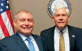 Ο Ουκρανοαμερικανός επιχειρηματίας Λεβ Πάρνας με τον Ρεπουμπλικανό πρώην βουλευτή Πιτ Σέσιονς.