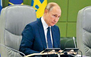 Ο Ρώσος πρόεδρος Πούτιν σε σύσκεψη στη Μόσχα, την Πέμπτη. Αυτόν ενίσχυσε, άθελά του, ο Τραμπ.