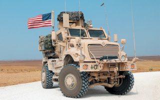 Οχημα των αμερικανικών στρατευμάτων κατευθύνεται προς τα ιρακινά σύνορα, στη βορειοανατολική Συρία.