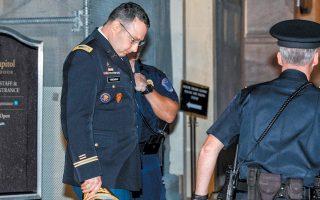 Ο Αλεξάντερ Βίντμαν, στέλεχος του Συμβουλίου Εθνικής Ασφαλείας, εξέρχεται από το Καπιτώλιο την Τρίτη, μετά την ολοκλήρωση της κατάθεσής του.
