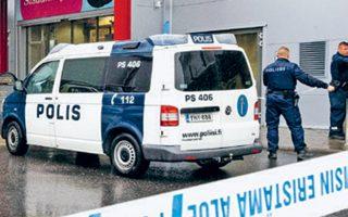 Δυνάμεις της αστυνομίας στην είσοδο του εμπορικού κέντρου, όπου στεγάζεται η επαγγελματική σχολή.