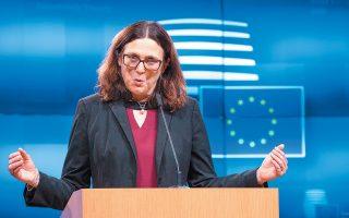 Η απερχόμενη επίτροπος Εμπορίου Σεσίλια Μάλμστρομ, χθες, στις Βρυξέλλες. Αναμένεται να τη διαδεχθεί ο Ιρλανδός Φιλ Χόγκαν. Ηδη, δύο επίτροποι εμποδίστηκαν από τη νομική επιτροπή του Ευρωκοινοβουλίου.