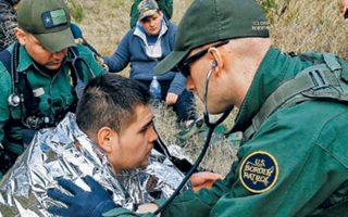 Αμερικανός συνοριοφύλακας εξετάζει μετανάστη στο Τέξας.