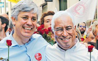 Ο Αντόνιο Κόστα (δεξιά) με τον υπουργό Οικονομικών του, Μάριο Σεντένο, σε κεντρικό σημείο της Λισσαβώνας.