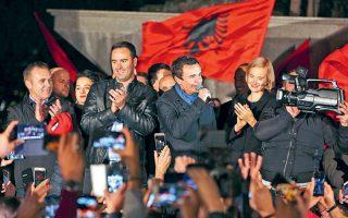 Ο νικητής των βουλευτικών εκλογών Αλμπιν Κούρτι (στο κέντρο), ηγέτης του Κινήματος Αυτοδιάθεσης, μιλάει σε ψηφοφόρους του στην Πρίστινα, λίγη ώρα μετά την ανακοίνωση των αποτελεσμάτων.