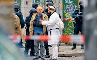 Eβραίος που βρισκόταν εντός της μεγαλύτερης από τις δύο συναγωγές του Χάλε, η οποία ήταν γεμάτη λόγω του εορτασμού της ημέρας του Γιομ Κιπούρ, μιλάει στην αστυνομία αμέσως μετά το συμβάν.