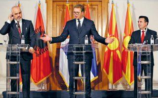 Ο Αλβανός πρωθυπουργός Εντι Ράμα, ο οικοδεσπότης Σέρβος πρόεδρος Αλεξάνταρ Βούτσιτς και ο πρωθυπουργός της Βόρειας Μακεδονίας Ζόραν Ζάεφ, χθες στο Νόβι Σαντ.
