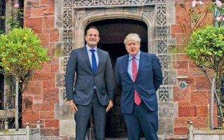 Τα πλατιά χαμόγελα των πρωθυπουργών της Βρετανίας και της Ιρλανδίας προδίδουν την ξαφνική πρόοδο στις διαπραγματεύσεις.