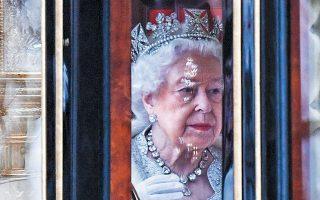 Η 93χρονη βασίλισσα Ελισάβετ επιστρέφει στα ανάκτορα του Μπάκιγχαμ, μετά την ομιλία της, η οποία γράφτηκε από την Ντάουνινγκ Στριτ.